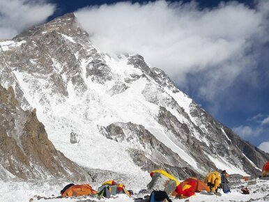 Polacy atakują najwyższy szczyt na świecie. Tak wygląda dzień w bazie...