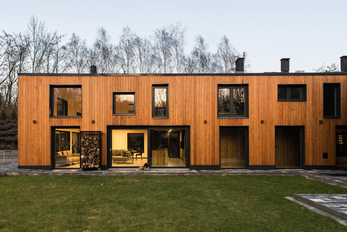 Ślonsko Chałpa Architekci wraz z inwestorami postanowili zachować gospodarski klimat budynku, dlatego sama bryła ma nadal prosty kształt nawiązujący do stodoły.
