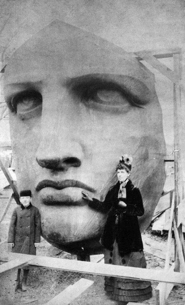 Ludzie pozujący na tle Statuy Wolności tuż po jej przybyciu do USA (1886 r.), fot. epicdash.com