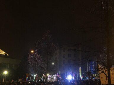 """""""Rząd i opozycja – jedna koalicja"""". Przed Sejmem protest przeciwko..."""