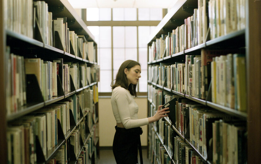 Kobieta w bibliotece, zdjęcie ilustracyjne