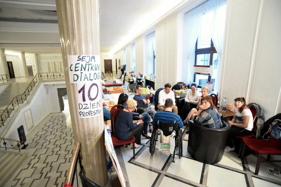 Protest opiekunów osób niepełnosprawnych w Sejmie