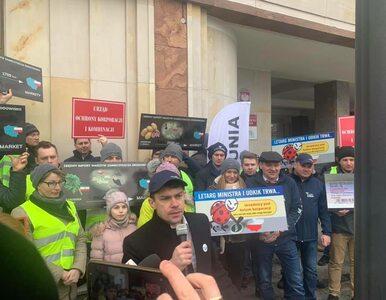 Agrounia protestowała przed UOKiK. Później rolnicy zablokowali Biedronkę