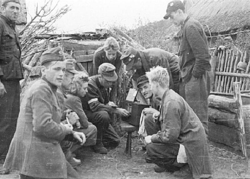 Żołnierze Kompanii Lotniczej Grupy Kampinos słuchają audycji Błyskawicy, we wsi Wiersze, około 15 września 1944