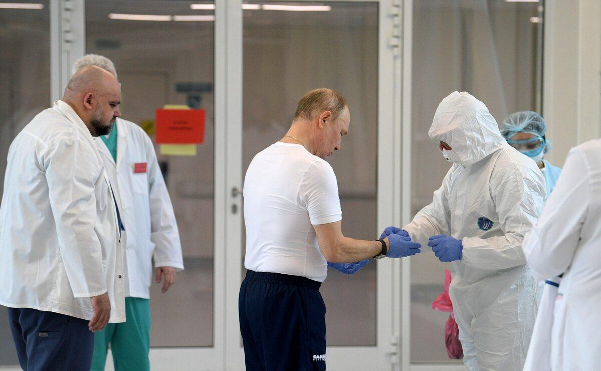 Władimir Putin podczas wizyty w szpitalu