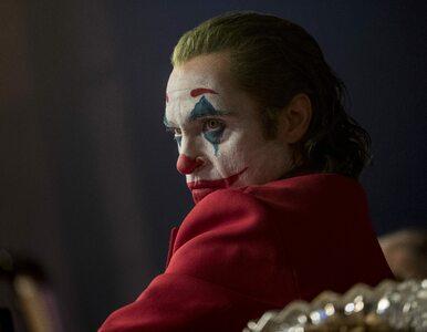 """Reżyser pokazuje zdjęcia z planu filmowego """"Jokera"""". Są odniesienia do..."""