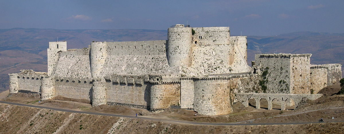 """Crac des Chevaliers, Syria Crac des Chevaliers - """"twierdza rycerzy"""". Jeden z najlepiej zachowanych zamków średniowiecznych na świecie. Dawna siedziba joannitów. Fortecę wzniesiono w 1031 dla emira Aleppo. Została zdobyta już podczas I wyprawy krzyżowej przez wojska Rajmunda z Tuluzy w 1099 roku."""