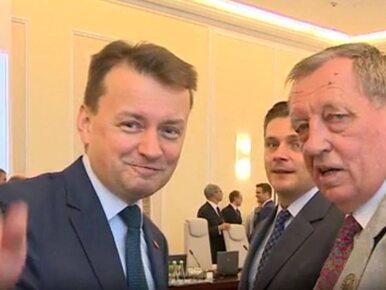 """Szyszko daje Błaszczakowi kopertę przed posiedzeniem RM. """"To jest taka..."""