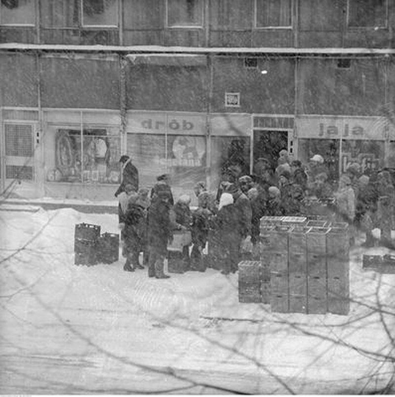 Kolejka przed sklepem spożywczym przy ul. Malczewskiego w Warszawie, rok 1979