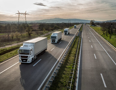 Kierowcy ciężarówek odpowiadają na akcję policji. Jeżdżą wolniej i nie...