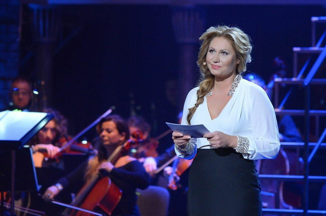 """Koncert """"Gintrowski – a jednak coś po nas zostanie"""" Na scenie prezes Fundacji im. Przemysława Gintrowskiego, Katarzyna Gintrowska."""