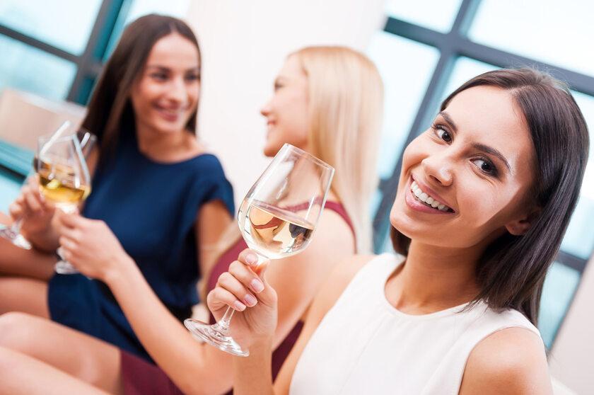 Kobiety z kieliszkami wina