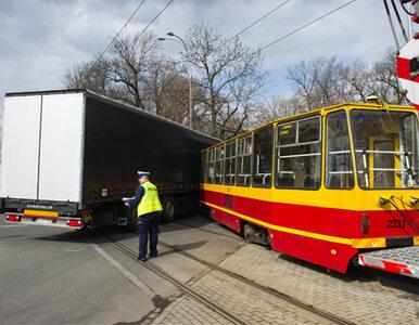 Łódź: TIR wjechał w tramwaj