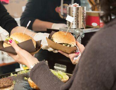 """""""Jedz, aby pomóc"""": z powodu COVID-19 będą dopłacać do hamburgerów w..."""