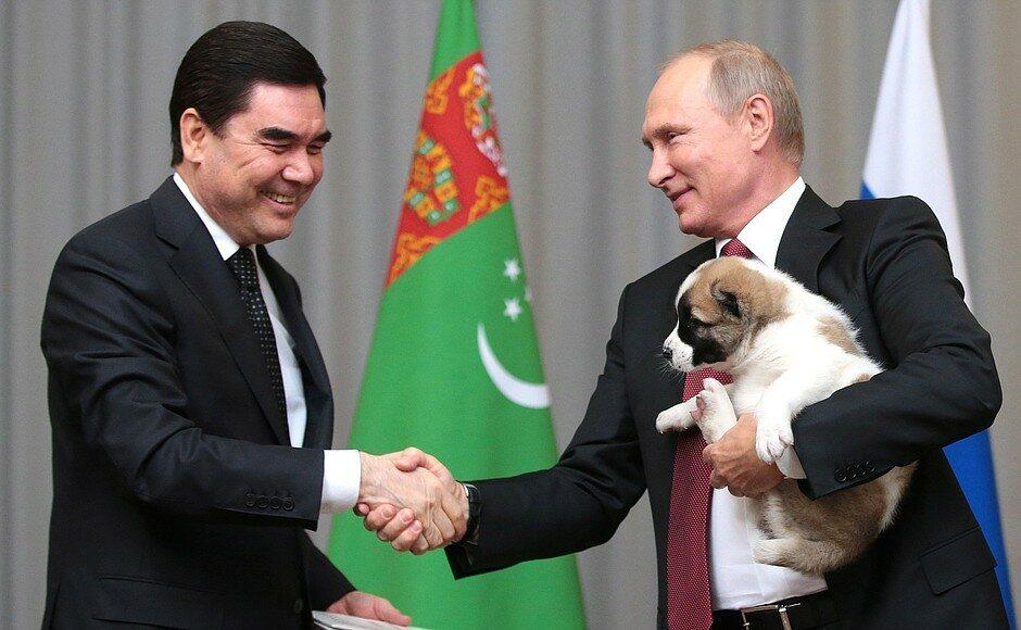 Gurbanguly Berdimuhamedow i Władimir Putin z psem Alabajem