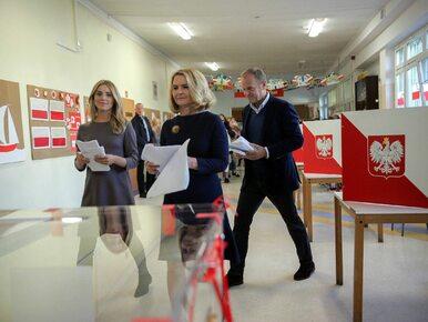 Wałęsa w symbolicznej koszulce, Morawiecki i Tusk z rodzinami. Tak...