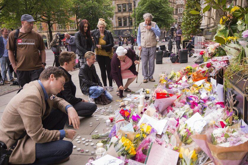 Mieszkańcy Manchesteru składają kwiaty pod halą