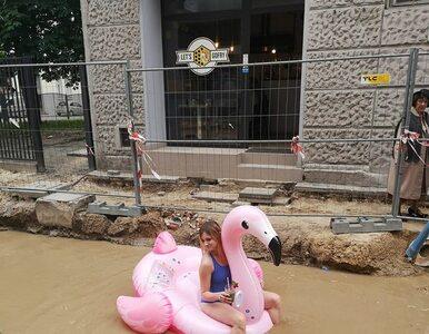 Łodzianka pływała na flamingu po zalanej ulicy. Przyniosło to...