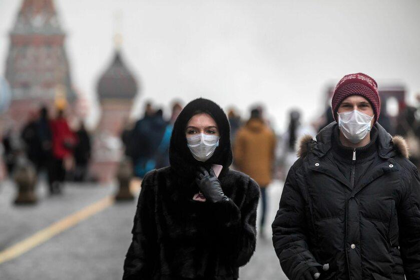Osoby w maseczkach na Placu Czerwonym w Moskwie