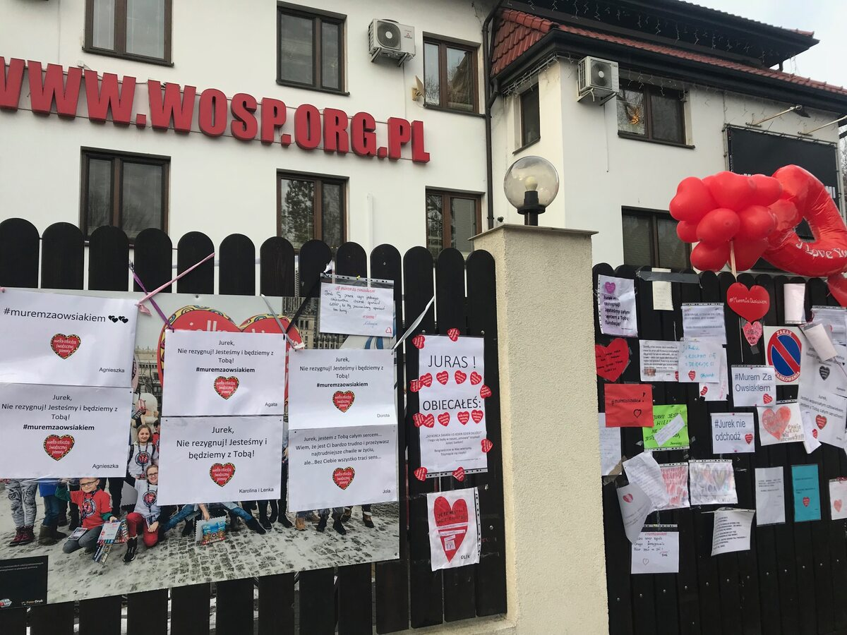 Wyrazy poparcia dlaJurka Owsiaka iWOŚP przed siedzibą fundacji