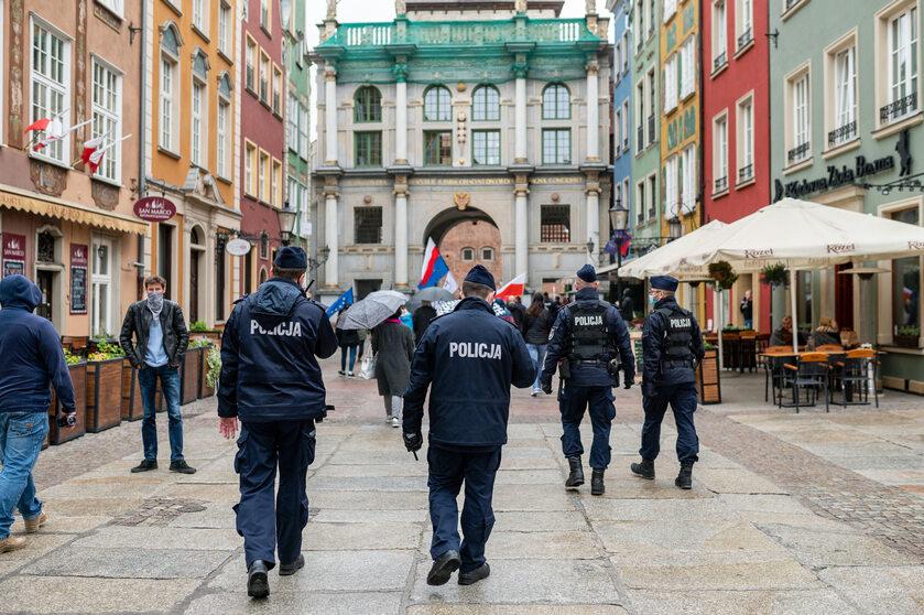 Policja pilnująca uczestników zgromadzenia publicznego