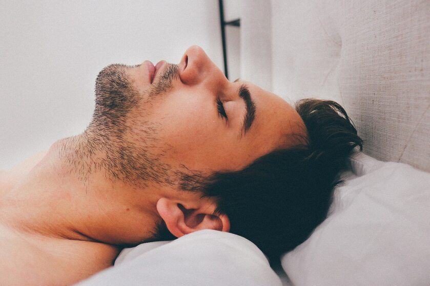 Młody mężczyzna w czasie snu