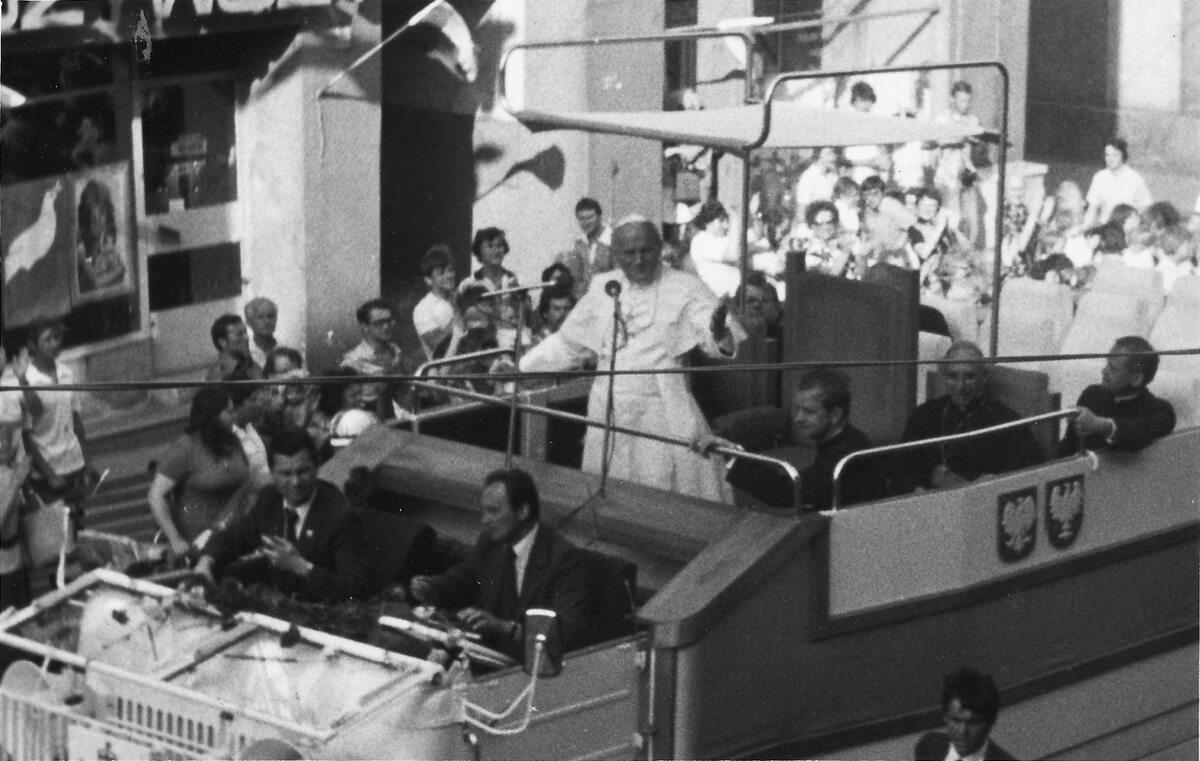 Jan Paweł II podczas pielgrzymki do Polski w 1979. Zdjęcie wykonane na ul. B. Chrobrego w Gnieźnie.