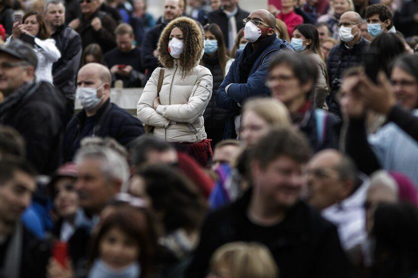 Ludzie w maseczkach na Placu św. Piotra w Watykanie