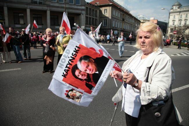 Demonstranci nie zapomnieli o śp. Lechu Kaczyńskim i jego małżonce... (fot. PAP/Tomasz Gzell)