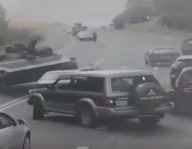 Opancerzony wóz zmiażdżył volkswagena. Kierowca auta może mówić o cudzie