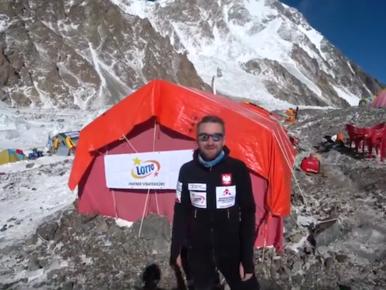 """Marek Chmielarski pokazał bazę pod K2. """"Tu gramy w karty, opowiadamy..."""