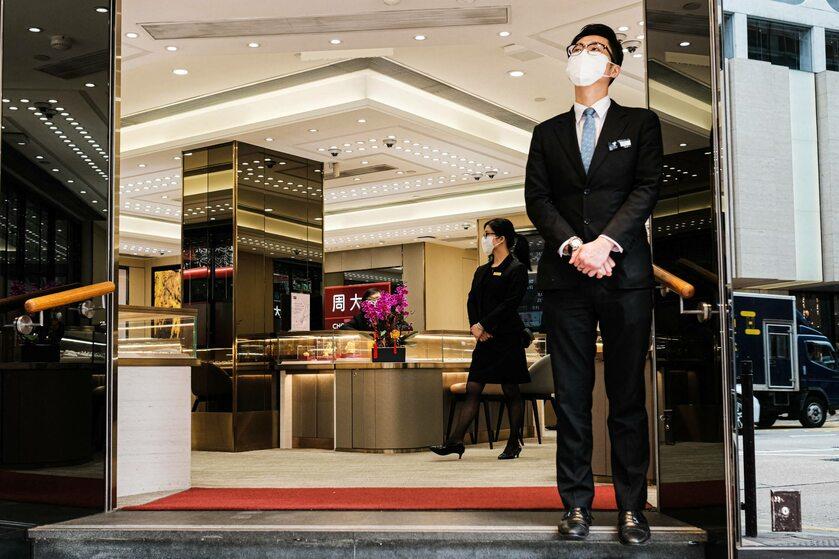 Strażnik przed sklepem z biżuterią w Hongkongu