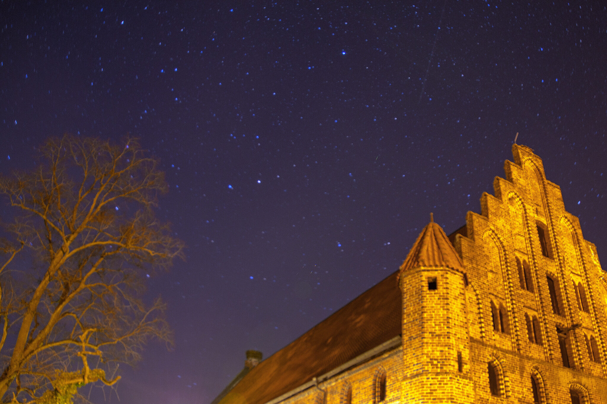 Klasztor w nocy (zdj. ilustracyjne)